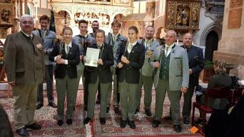 Jürgen Keller (ganz links), Steffen Liebig (ganz rechts) und die Jagdhornbläser aus Ottmannshausen