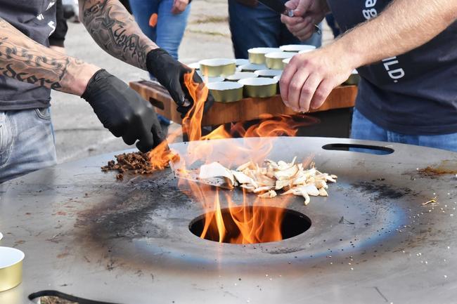 Das Team von Wild auf Wild überzeugte die Zuschauer letztes Jahr mit griechisch-asiatischem Wildschweinnacken von der Feuerplatte.