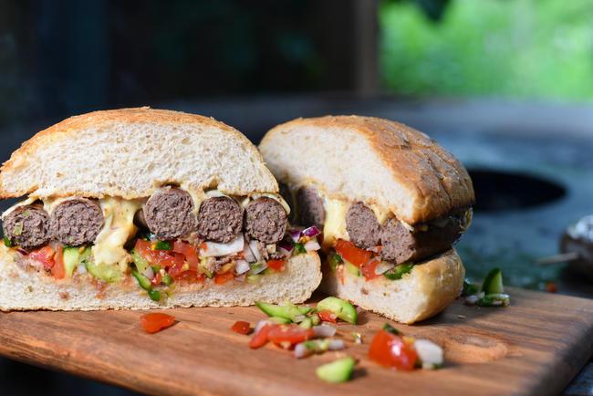 Wildbret lässt sich auf vielfältige Weise weiterverarbeiten, zum Beispiel zu Wurst oder Burgerfleisch - oder zu beidem.