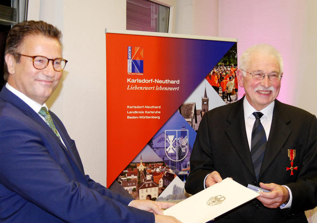 Baden-Württembergs Landwirtschaftsminister Peter Hauk verleiht Hans-Jürgen Görze (DFO) das Bundesverdienstkreuz.