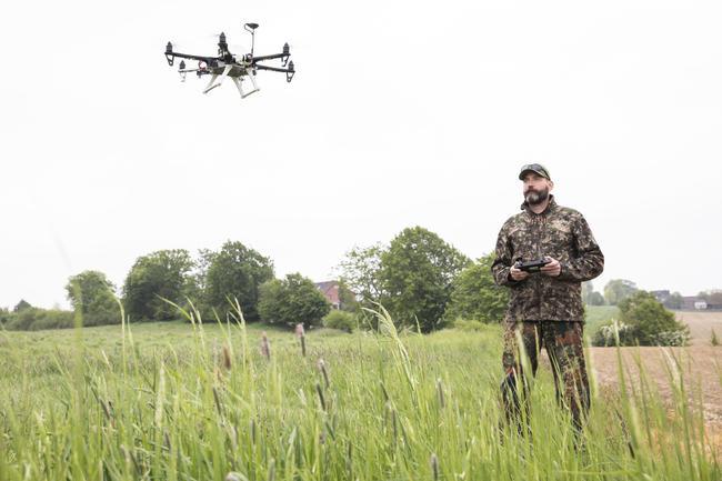 Das BMEL fördert Drohnen mit Wärmebildkameras zur Kitzrettung.
