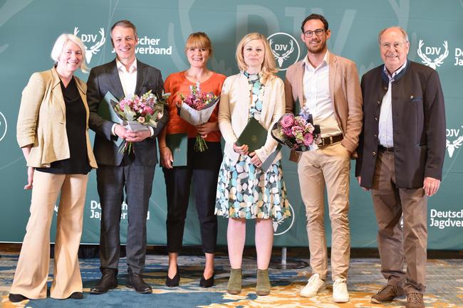 """Die Gewinner des DJV-Journalistenpreises """"Wildtier und Umwelt"""" 2018, Laudatorin Alice Agneskirchner (l.) und DJV-Präsident Hartwig Fischer (r.) anlässlich des Bundesjägertages in Berlin"""