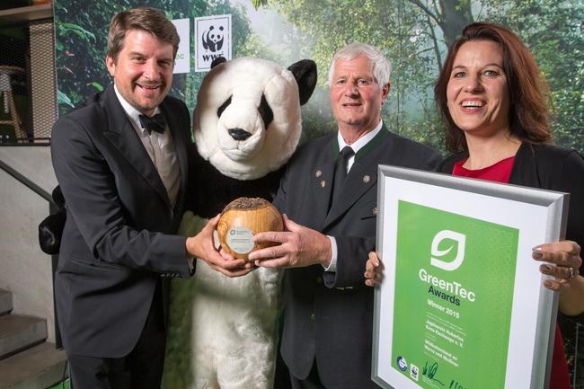 Marco Vollmar, Mitglied der Geschäftsleitung beim WWF Deutschland übergibt Rainer Stelzner, Vorstand im Jagdverein Hubertus, den Sonderpreis.