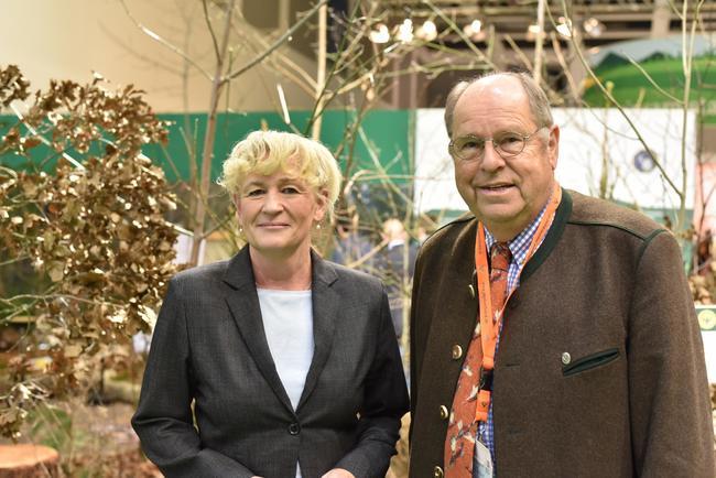 Die BfN-Präsidentin Prof. Beate Jessel und DJV-Präsident Hartwig Fischer auf der Internationalen Grünen Woche: Mehr Biotopvernetzung ist gut für die biologische Vielfalt und reduziert Wildunfälle.