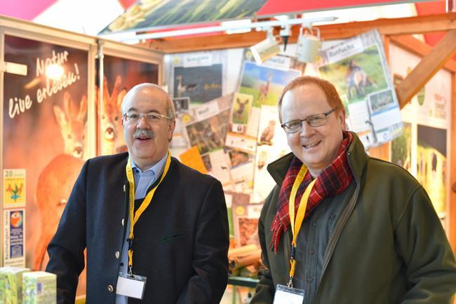 DJV-Bildungsreferent Ralf Pütz (r.) und Jürgen Semmelsberger am Lernort-Natur-Stand