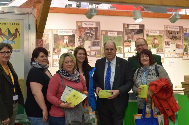 DJV-Präsident Hartwig Fischer stellt Besuchern die neuen Lernort Natur Materialien vor