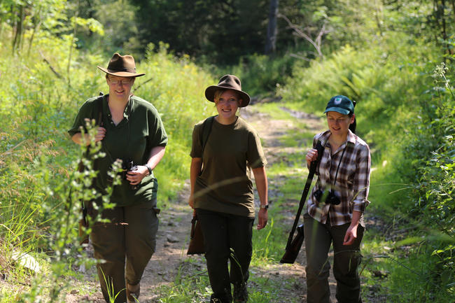 Junge Jägerinnen im Revier