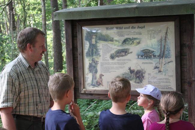 Hegeringleiter Mayer erklärt den Kindern die Aufgaben des Jägers
