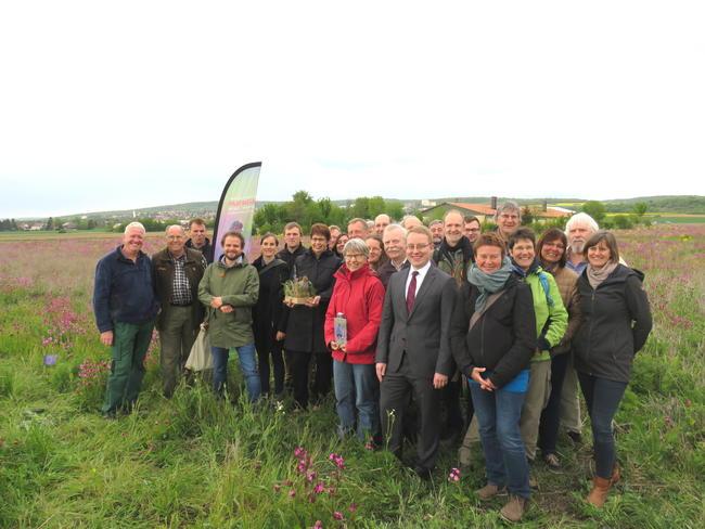 In Göttingen informierte sich Ministerin Birgit Honé (mittig mit Rebhuhn-Attrappe) u.a. bei Landwirt Werner Magerhans (ganz links) über das Rebhuhn-Schutzprojekt. Auch DJV-Präsident Hartwig Fischer (2. von links) war vor Ort.
