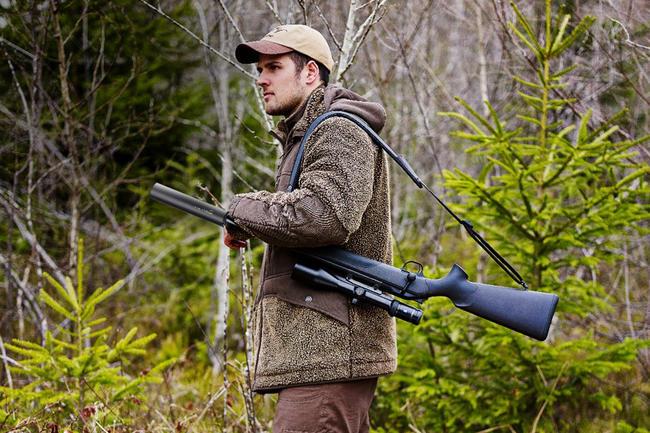 Jäger mit Schalldämpfer auf der Waffe