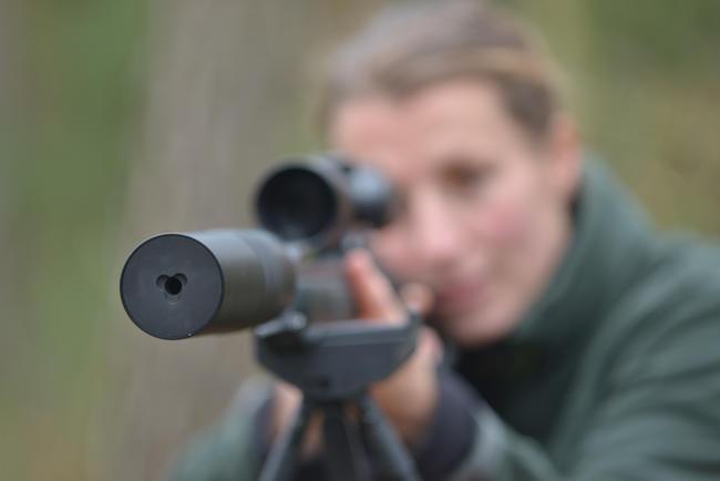 Schalldämpfer auf der Jagdwaffe einer Jägerin