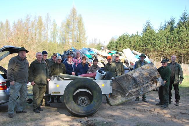 Frank Wilke, Uwe Labes, Bernd Schulze und Sven Güntherberg (v.l.) vom Jagdverband Nauen vor einem der zahlreichen Müllcontainer. In diesem Jahr konnten über 150 Kubikmeter Müll aus dem Wald geholt werden.