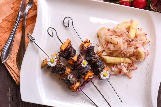 Passend zur Saison: Gegrillte Rehleber-Spieße mit Spargel-Radieschen-Salat. Dieses und viele andere Rezepte finden Sie auf www.wild-auf-wild.de.