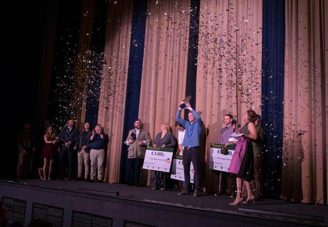 Sophie Award Trophäe in den Händen von Felix Kuwert beim ersten Sophie Award in Berlin