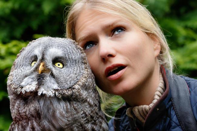 Greifvogel-Expertin Sylvia Urbaniak mit Bartkauz