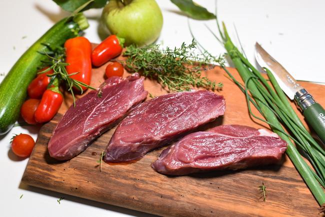 Lecker, gesund und nachhaltig: Das Fleisch von Reh, Hirsch oder Wildschwein ist vielseitig und einfach in der Zubereitung.