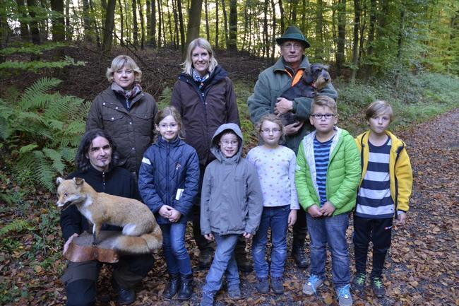Macht Spaß, und lernen kann man auch was dabei: Mit Jägerinnen und Jägern im Wald.