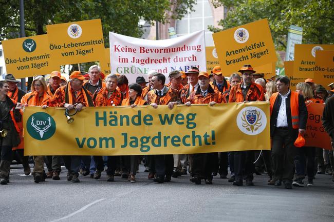Etwa 3.500 Jäger demonstrierten in Wiesbaden gegen den Entwurf der Jagdverordnung.