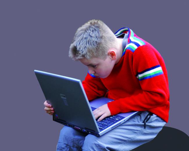 Kind mit Laptop
