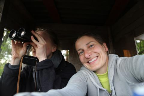 Lena und Anna auf dem Hochsitz. (Quelle: Anna Martinsohn)