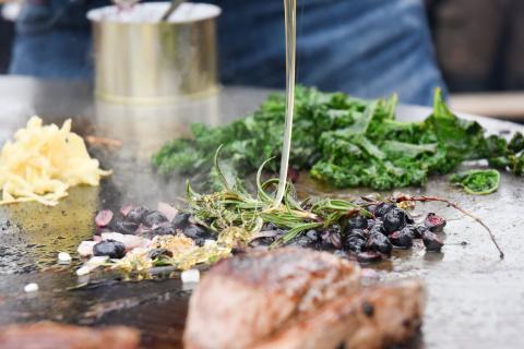 Blaubeeren auf der Feuerplatte grillen und mit honig karamelisieren. Saulecker! (Quelle: Milinski/DJV)