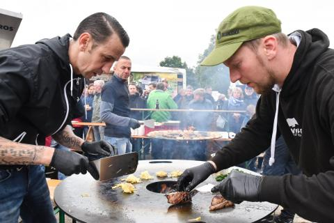Volle Konzentration an der Feuerplatte: Pistole - Hardcore Food und Sebastian Kapuhs grillen Kartoffelröstis und Wildschweinkeule.  (Quelle: Milinski/DJV)