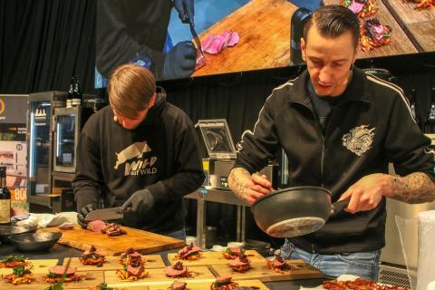Hardcore Food! Sebastian Kapuhs und Torsten Pistole rocken die Bühnenshow. Hier richten sie einen saftigen Hirschrücken an. (Quelle: Kreienmeier/DJV)