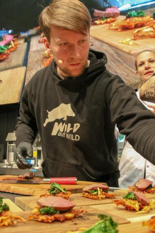Sebastian Kapuhs in seinem Element. In kürzester Zeit kreiert er mit Pistole leckere Wildgerichte. (Quelle: Kreienmeier/DJV)
