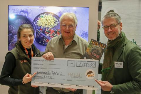 Ein voller Erfolg der Spendenaktion! Oliver Dorn (Halali Magazin) und Anna Martinsohn (DJV) überreichen der Dortmunder Tafel einen Scheck in Höhe von 8.000 Euro. (Quelle: Kreienmeier/DJV)