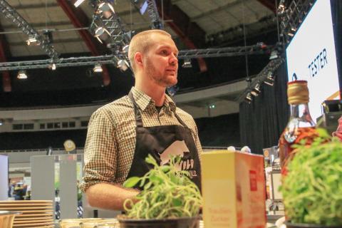 """Fabian Grimm, auch bekannt als """"hautgout"""", zeigt wie man mit einfachsten Mitteln leckere Wildwürstchen macht oder zarten Rehrücken sous vide gart. (Quelle: Kreienmeier/DJV)"""