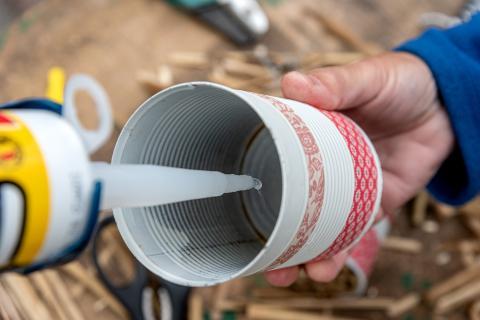 4. Den Eimerboden mit lebensmittelechtem Silikon bedecken und... (Quelle: Kaufmann/DJV)
