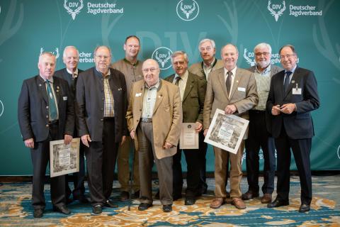 Für ihr langjähriges Engagement in Sachen Jagd würden diese Jäger geehrt.