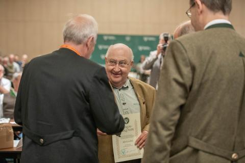 Für seinen außerordentlichen Verdienst erhält Alfred Goedicke eine DJV-Ehrennadel. (Quelle: Recklinghausen/DJV)