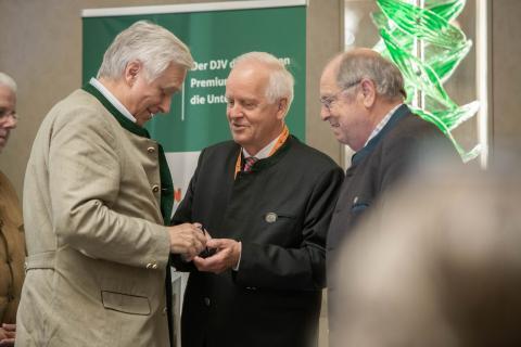 Für sein jahrzehntelanges Engagement erhält Dr. Hermann Hallermann, LJV Nordrhein-Westfalen, ebenfalls die DJV-Verdienstnadel in Gold.  (Quelle: Recklinghausen/DJV)