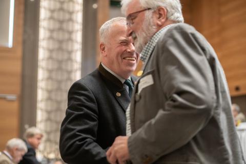 Hans-Albrecht Hewicker, Forstdirektor a.D. und ehemaliger Vorsitzender des Deutschen Falkenordens (DFO), erhielt die DJV-Verdienstnadel in Gold. (Quelle: Recklinghausen/DJV)