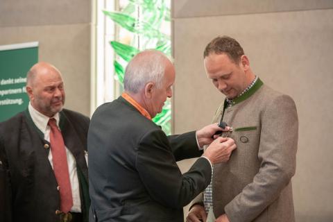 Als Geschäftsführer des LJV Sachsen-Anhalt erhält er die DJV-Verdienstnadel in Silber. (Quelle: Recklinghausen/DJV)