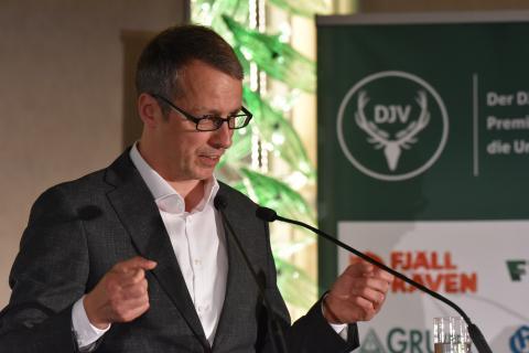 Hörfunk-Journalist Marko Pauli (BR2) hält Dankesrede anlässlich der Überreichung des Journalistenpreises Wildtier und Umwelt auf dem Bundesjägertag in Berlin 2019 (Quelle: Kapuhs/DJV)