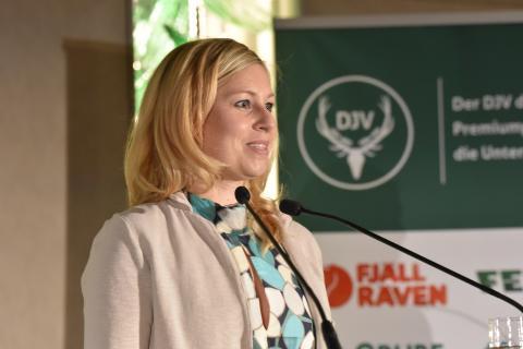 Fernseh-Journalistin Christine Seidemann (NDR) hält Dankesrede anlässlich der Überreichung des Journalistenpreises Wildtier und Umwelt auf dem Bundesjägertag in Berlin 2019 (Quelle: Kapuhs/DJV)
