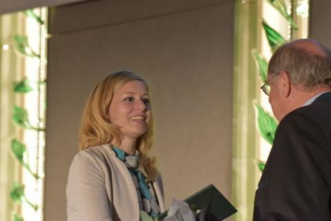 Fernseh-Journalistin Christine Seidemann (NDR) erhält den Journalistenpreis Wildtier und Umwelt auf dem Bundesjägertag in Berlin 2019 (Quelle: Kapuhs/DJV)