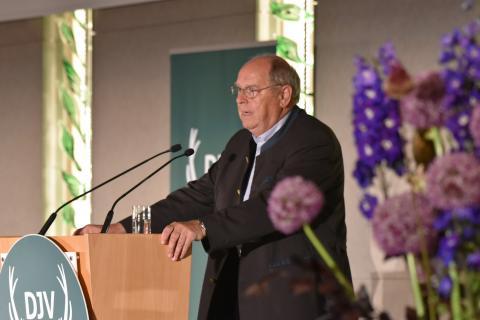 DJV-Präsident Hartwig Fischer hält die Laudatio des Sonderpreises Kommunikation anlässlich des Bundesjägertages 2019 (Quelle: Kapuhs/DJV)