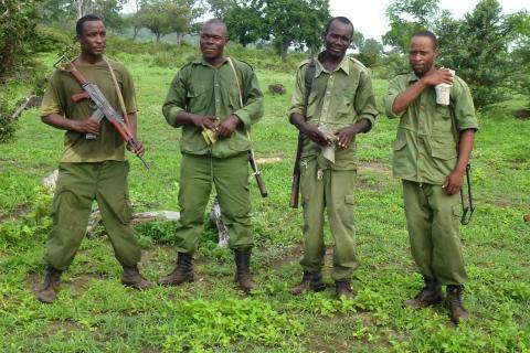 Werden aus Einnahmen des nachhaltigen Jagdtourismus finanziert: Wildhüter in Tansania (Quelle: Baldus/DJV)