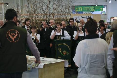 Das Jagdhornbläserkorbs begrüßt den DJV auf der Grünen Woche
