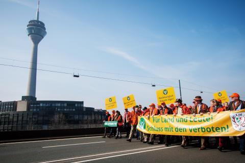 Um 12:00 Uhr startete der Protestmarsch über die Rheinkniebrücke zum Düsseldorfer Landtag. (Quelle: DJV)