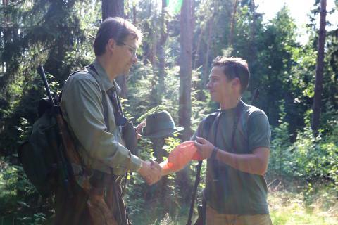 Nach der Jagd erhält der Jungjäger seinen Bruch (Quelle: DJV)