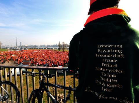 Orangefarbenes Protestmeer an den Rheinwiesen