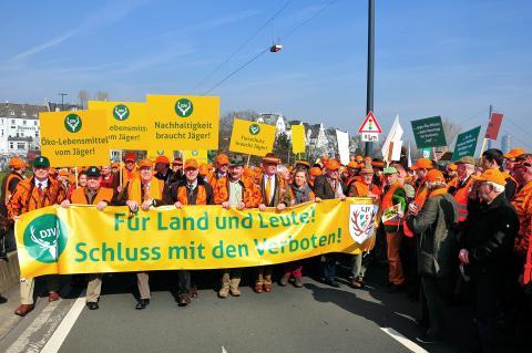 Der Protestmarsch setzt sich Richtung Landtag in Bewegung. (Quelle: DJV)