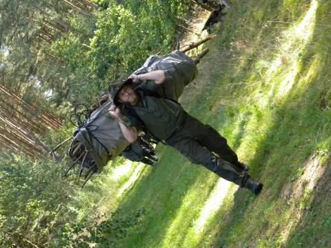 Holz sammeln für das Outdoorcooking (Quelle: Bunke/DJV)