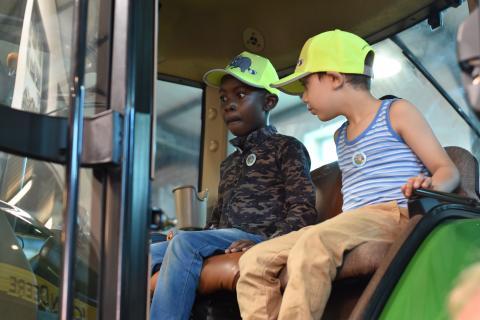 Der Traktor macht die Kinder sprachlos.  (Quelle: Sebastian Kapuhs)