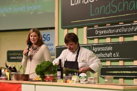 Koch Georg Barta bereitet auf der Showbühne schnelle leckere Wildgerichte zu. (Quelle: Kapuhs/DJV)
