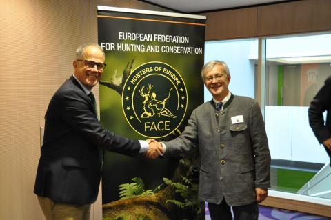 Der neue und der alte: Torbjörn Larsson (l.) und Dr. Michl Ebner (r.) von FACE (Quelle: FACE/DJV)